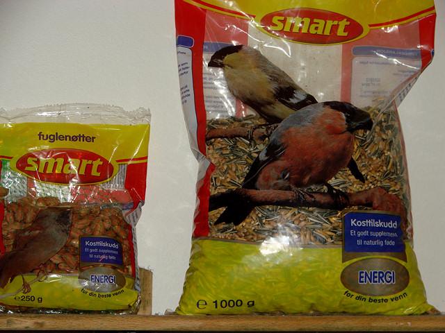 Bland inn fuglemat fra pose hvis du har. Blandingsfrøene (til høyre) er de beste.