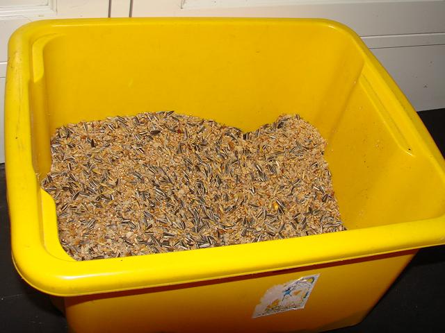 Her er brødsmuler fra to fulle blender'e blandet sammen med 2,5 kg blandingsfrø.