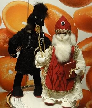 I et butikkvindu fant jeg denne snille varianten av Krampus og St. Nicholas