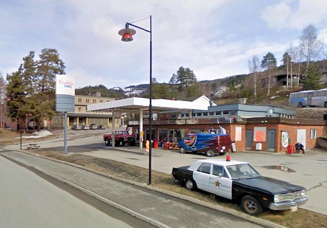 Det gamle dampysteriet på Tretten (i bakgrunnen) ligger badet i frityr-osen fra Cadillac Diner (i forgrunnen).