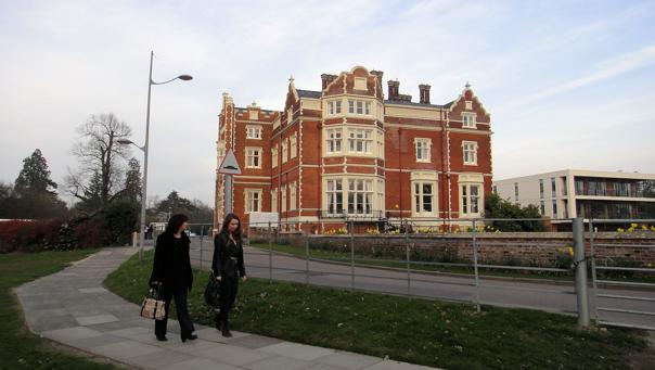 Verneverdige Wivenhoe House med den nye hotellfløyen til høyre.