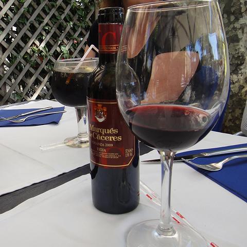 Spiser du lunsj her har du hele Ramblaen som selskap. Nyt roen med en god Rioja i glasset.