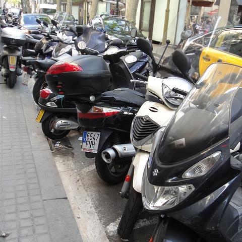"""Scooter-parkering langs Ramblaen som over alt ellers i Barcelona. """"Alle"""" kjører scooter."""