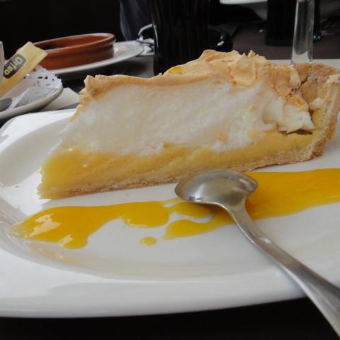 Inne i St Marti i ly for Middelhavet ligger flere gode restauranter. Bare gode restauranter. Vi avslutter lunsjen med en sitronkake.