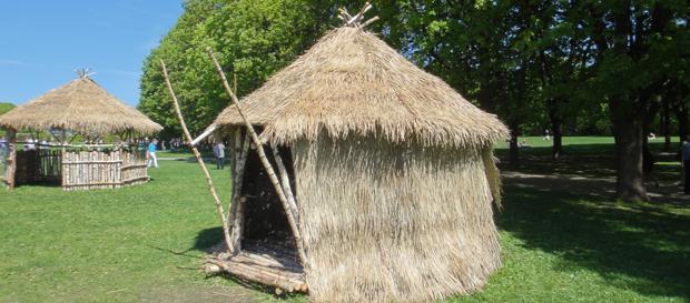 Staselig hytte med oppforet tregulv. Høvdingens hytte?