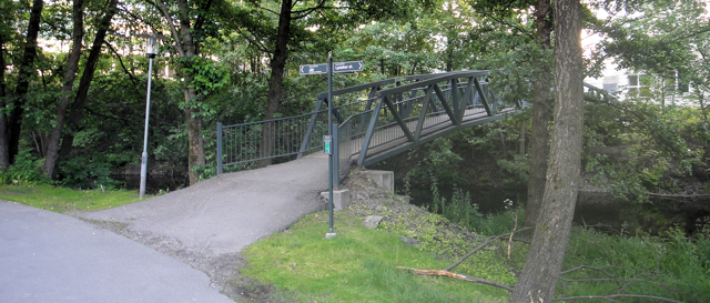 Gangbro som krysser Lysakerelven mellom Granfoss (Bærum) og CC-Vest (Oslo)