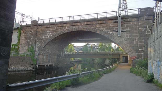 Den gamle jernbanebroa på Lysaker er verneverdi. Den nye broa er lagt til på baksiden så det visuelle inntrykket fra sjøsiden ikke ødelegges