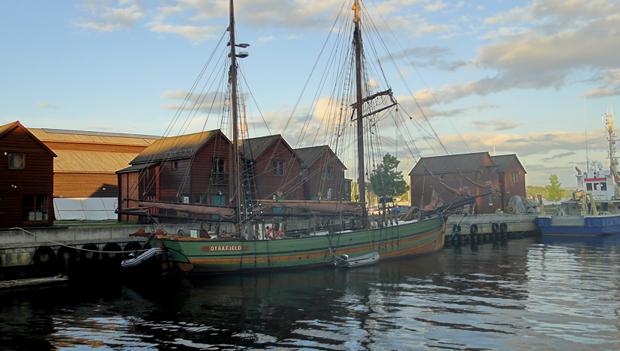 Lysaker havneområde huser nyttebåter som Bærum kommunes brannbåt, redningsskjøyta og en og annen gjester - med og uten seil