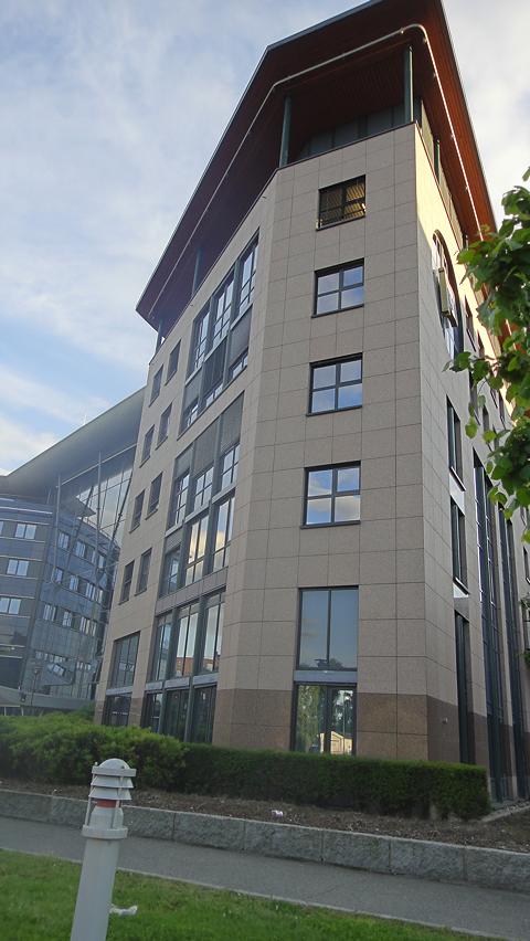 Typisk Lysaker-arkitektur med en spiss skipsbaug på taket