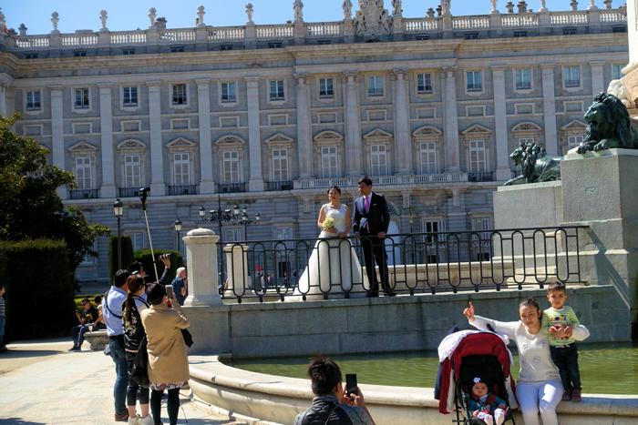Et vakkert vårtegn. Brudepar og familie tar bilder foran kongepalasset.