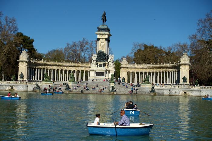 I Park de Retiro kan du leie robåt, jogge, lufte hund eller sitte på kafe og lytte til musikanter.
