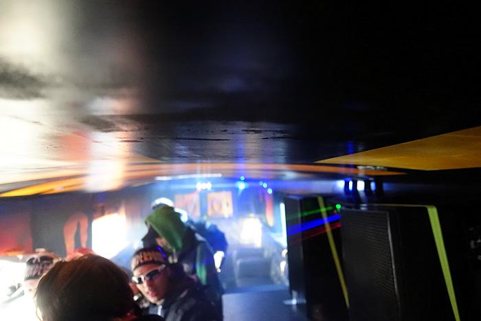Inne i bussen er det duket for party og disko. Skru opp volumet!
