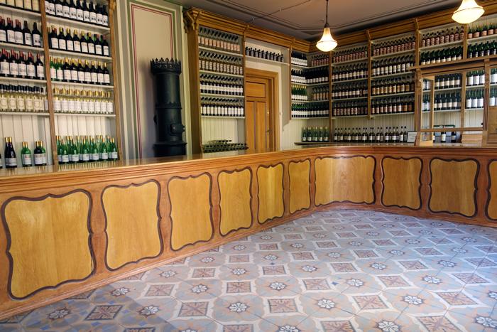 """Man er 18 år går over gulvet, stotrer frem """"en vanlig rødvin"""" i stedet for å bli latterliggjort for å forsøke å uttale """"Bordeaux Rouge"""", eller noe sånt. Innredningen er fra polet i Holmestrand."""