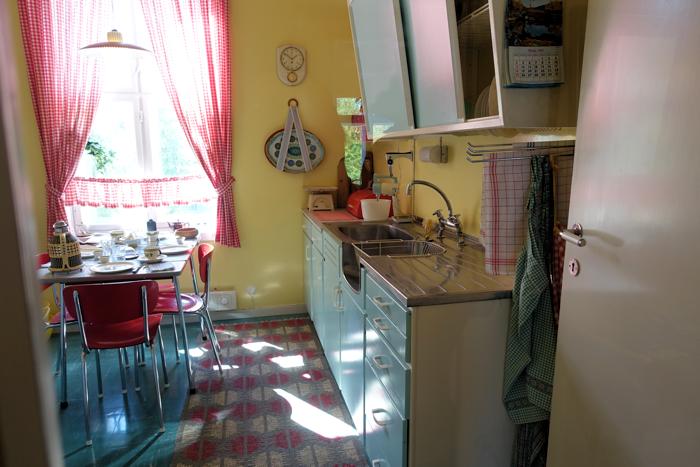 Vi beveger oss til naboleilighetens kjøkken i 60-talls stil.
