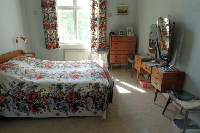 Master bedroom med kostbare teak-innredning. Slike sminkebord selges for gode penger.