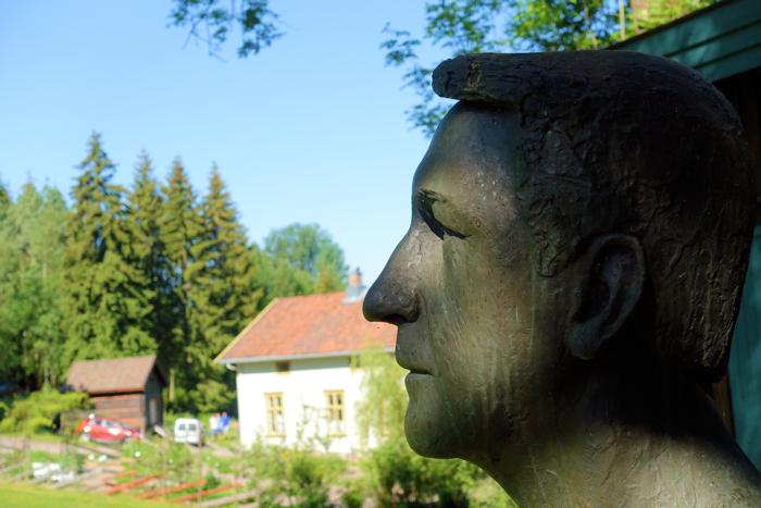 Dikter og forfatter Kåre Holt utenfor sin dikterstue.