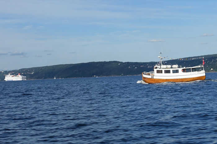 M/S Rigmor av Sandvika har vært i samme farvann som meg under turen. De tar med folk på fjordutflukter hele sommeren, - og her er det mye hyggeligere om bord enn i sightseeing-båtene fra Oslo. Les mer om fjordturer fra Sandivka her.